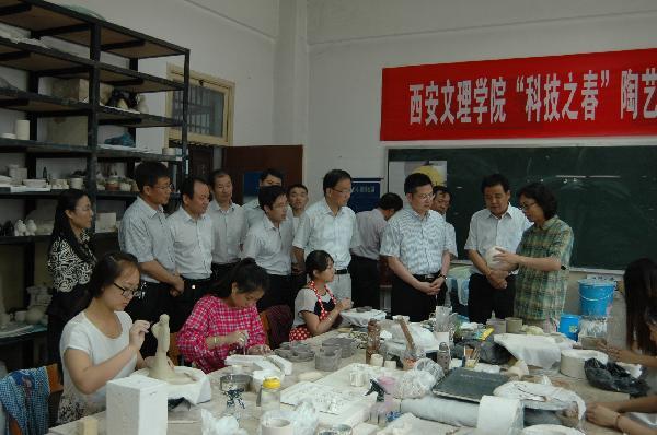 方光华副市长参观陶艺工作室